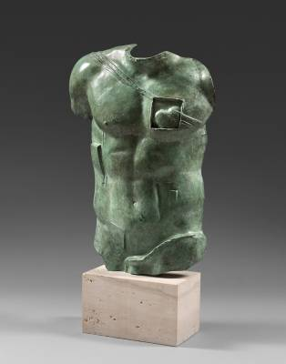 Igor Mitoraj, Persée, sculpture à patine verte
