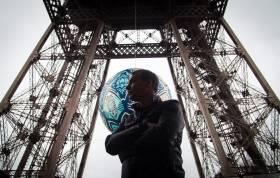 COP21 - Shepard Fairey : un 'Obey' en haut de la tour Eiffel